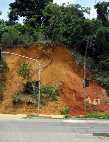 Erosão em talude rodoviário. Viana, ES.
