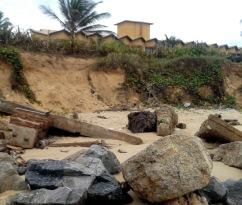 Erosão costeira em Resort. Barra dos Coqueiros, SE.